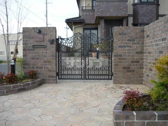 レンガの門 レンガの門クラシックな外構デザインレンガの小窓石貼り風アプローチ  レンガ門のクラシ